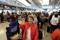 多くの旅行客で混み合う第1ターミナル国際線出発ロビー=関西国際空港で2018年9月14日午前8時59分、小出洋平撮影