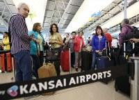 多くの旅行客で混み合う第1ターミナル国際線出発ロビー=関西国際空港で2018年9月14日午前8時58分、小出洋平撮影