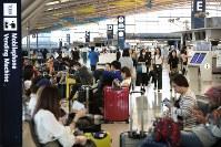 多くの旅行客で混み合う第1ターミナル国際線出発ロビー=関西国際空港で2018年9月14日午前9時20分、小出洋平撮影