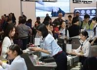 多くの旅行客で混み合う第1ターミナル国際線出発ロビー=関西国際空港で2018年9月14日午前9時6分、小出洋平撮影