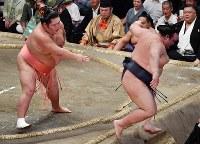 【大相撲秋場所6日目】千代大龍(左)に押し出しで敗れる稀勢の里=東京・両国国技館で2018年9月14日、西本勝撮影