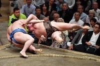 【大相撲秋場所6日目】正代(左)を寄り倒しで降す白鵬=東京・両国国技館で2018年9月14日、西本勝撮影