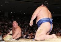 【大相撲秋場所6日目】寄り倒しで正代を降した白鵬(左)=東京・両国国技館で2018年9月14日、玉城達郎撮影