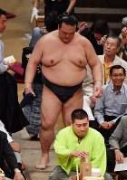 【大相撲秋場所6日目】千代大龍に押し出しで敗れた稀勢の里=東京・両国国技館で2018年9月14日、西本勝撮影