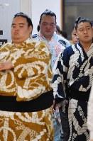 【大相撲秋場所6日目】支度部屋を出る稀勢の里(中央)=東京・両国国技館で2018年9月14日、西本勝撮影