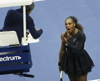 テニスの全米オープン女子シングルス決勝で主審に抗議するセリーナ・ウィリアムズ選手=米ニューヨークで9月8日、AP