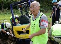 東日本大震災の恩返しとして災害ボランティアに参加した大場万太郎さん(中央)=北海道厚真町で2018年9月15日午前11時6分、貝塚太一撮影
