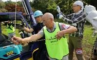 東日本大震災の恩返しとして災害ボランティアに参加した大場万太郎さん(中央)=北海道厚真町で2018年9月15日午前11時3分、貝塚太一撮影