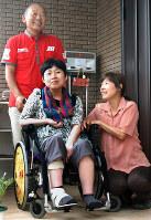 再建した自宅前で笑顔を見せる(左から)隆さん、典子さん、ひろ子さん=熊本県益城町で2018年9月1日、中里顕撮影