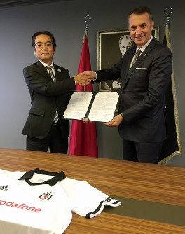 Takeo Iwasawa, left, executive officer of The Mainichi Newspapers Co. and executive supervisor of the newspaper's Digital Media Division, shakes hands with Besiktas JK Chairman Fikret Orman after signing a promotional agreement with the Turkish pro sports group in Istanbul, on Sept. 14, 2018. (Mainichi)