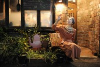 樹木希林さん「この街は変わりませんね。文学座時代、古書店街によく通いました」=東京都千代田区神田神保町で2012年4月10日、須賀川理撮影
