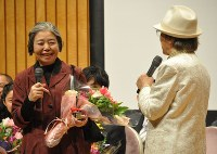 「おおさかシネマフェスティバル2016」の表彰式。司会の浜村淳(右)との掛け合いで笑顔を見せる主演女優賞の樹木希林=大阪市内で2016年3月6日、花澤茂人撮影