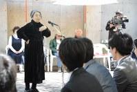 直筆の手紙を渡した後、参加した新成人らに反戦を訴える樹木希林さん=長野県上田市の無言館で2016年4月29日、安元久美子撮影