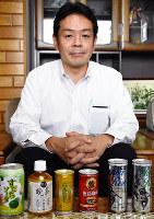 自社製品を前にほほ笑むサンマックの萱谷和也社長=徳島市川内町の同社で、岩本桜撮影