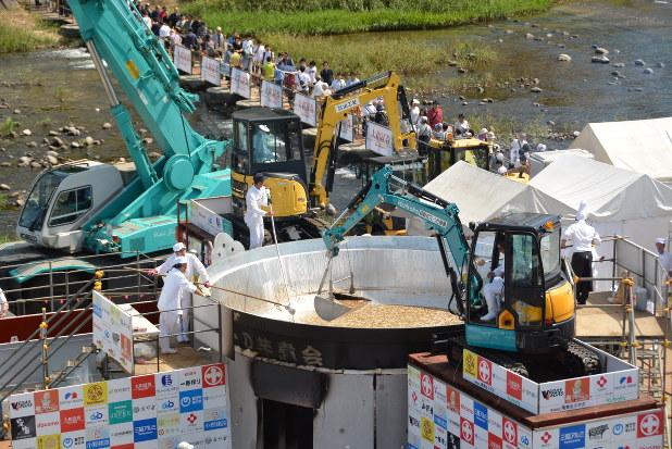 日本一の芋煮会:ギネス世界記録を達成 1万2695人分 - 毎日新聞