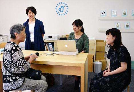 会員と談笑するひとしごと館のスタッフら=大阪市浪速区敷津西1で、中尾卓司撮影