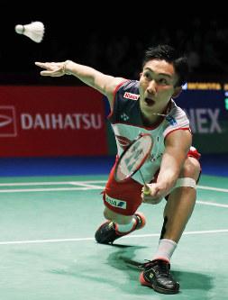Japan's Kento Momota competes against Thailand's Khosit Phetpradab in the Japan Open badminton championship in Tokyo on Sept. 16, 2018. (Kyodo)