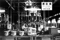 キッコーマン工場の樽詰機=1962年8月25日撮影