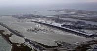 滑走路が浸水した関西国際空港=4日、本社ヘリから幾島健太郎撮影