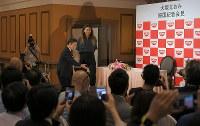 US Open women's singles champion Naomi Osaka arrives for a press conference in Yokohama on Sept. 13, 2018. (Mainichi)