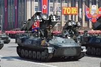 建国70周年に開かれた軍事パレードに登場した車両。「米帝侵略者を消滅させよ」との白インクの文字が見える=平壌で2018年9月9日、渋江千春撮影