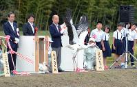 地元の小学生らに見守られて飛び立つコウノトリ=福井県越前市湯谷町で、大森治幸撮影