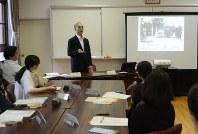 Teachers at Hiroo Elementary School in Tokyo's Shibuya Ward listen to a lecture given by Masaichi Gido of the National Hansen's Disease Museum, on Aug. 29, 2018. (Mainichi/Yuki Yamamoto)
