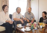 「オレンジカフェ」で相談に応じる渡辺康平さん(右から2人目)と妻昌子さん(右端)=香川県三豊市の同市立西香川病院で