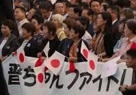 安倍晋三首相の街頭演説に集まった人たち=JR秋葉原駅前で2018年9月19日午後5時9分、長谷川直亮撮影