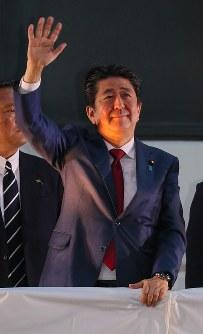 街頭演説に集まった人たちに手を振る安倍晋三首相=JR秋葉原駅前で2018年9月19日午後5時42分、長谷川直亮撮影
