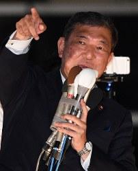 自民党総裁選の投開票を翌日に控え、最後の街頭演説をする石破茂元幹事長=東京都渋谷区で2018年9月19日午後6時18分、丸山博撮影