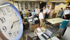 兵庫県は始業時間を45分繰り上げるサマータイムを実施。通常より早く業務を開始した兵庫県庁の職員たち=神戸市中央区で2011年6月22日午前8時17分、竹内紀臣撮影