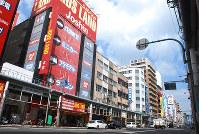 家電やゲーム関連の店が並ぶ「でんでんタウン」。周辺では訪日客を当て込んだホテルのオープンが相次ぐ=大阪市浪速区で2018年9月18日、藤顕一郎撮影