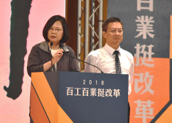 支持率が低下している蔡英文総統(左)統一地方選の現職候補と共に支持を訴える(9月1日)
