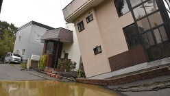 北海道地震の液状化でV字形に陥没した住宅街の一角=札幌市清田区で2018年9月7日、土谷純一撮影