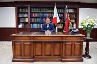 自民党総裁に決まり、総裁室の椅子に座る安倍晋三首相=東京都千代田区の同党本部で2018年9月20日午後6時34分、渡部直樹撮影