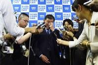 自民党総裁選に落選し、報道陣の取材に応じる石破茂元幹事長=東京都千代田区の同党本部で2018年9月20日午後2時53分、渡部直樹撮影