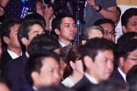 自民党総裁選の投開票が終わり、壇上を見つめる小泉進次郎筆頭副幹事長(中央)=東京都千代田区の同党本部で2018年9月20日午後2時22分、渡部直樹撮影