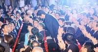 自民党総裁に決まり一礼する安倍晋三首相(中央)=東京都千代田区の同党本部で2018年9月20日午後2時10分、玉城達郎撮影