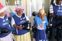 サンドバッグをたたくおばあちゃんたち=ヨハネスブルクで2018年9月4日、小泉大士撮影