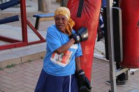 肩越しに背後のサンドバッグをたたくおばあちゃん=ヨハネスブルクで2018年9月4日、小泉大士撮影
