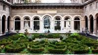 651年に創設されたオテルデュー病院。中庭から正面入口側を見たところ。すぐ近くにノートルダム大聖堂がある=筆者撮影