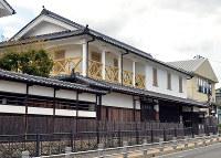 明治初期に建てられた1階は和風、2階は洋風の「旧九鬼家住宅」=兵庫県三田市屋敷町で、前本麻有撮影
