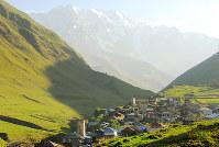 5000メートル級の高峰が見下ろす村に朝日が差した=ジョージア・ウシュグリで、平川哲也撮影