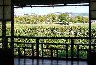 山紫水明処の窓から見える景色=京都市上京区三本木通丸太町上ル南町で、高村洋一撮影