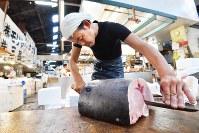 A worker cuts fillets of swordfish at Tsukiji fish market, in Tokyo's Chuo Ward, on Aug. 30, 2018. (Mainichi/Naoki Watanabe)
