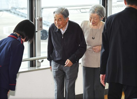 Emperor Akihito and Empress Michiko arrive at Matsuyama Airport in the city of Matsuyama, Ehime Prefecture, on Sept. 21, 2018 for a trip to console victims of torrential rains that devastated western Japan in July. (Mainichi/Kazuki Yamazaki)