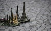 9月20日、フランス警察は、パリ周辺で主に不法移民にエッフェル塔のミニチュア置物などを販売させていた犯罪集団を摘発したと明らかにした。写真は2017年7月、パリで撮影(2018年 ロイター/Christian Hartmann)