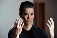 主人公、折壁嵩男を演じる唐沢寿明=テレビ東京提供