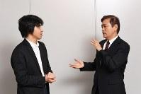 談笑する毛受敏浩さん(右)と森健さん=東京都千代田区で